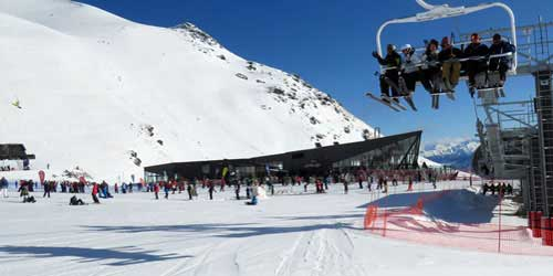 The-Remarkables-Family-Skiing